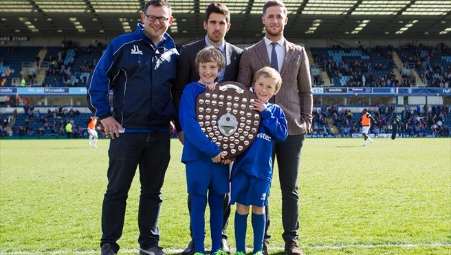Marlow Town U8 with WWFC's Matt Kretzschmar (centre) and Nathan Evans (right)
